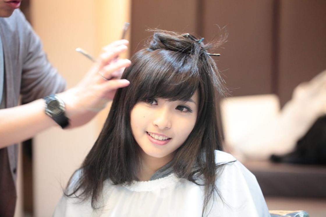 Девушка в кресле у парикмахера