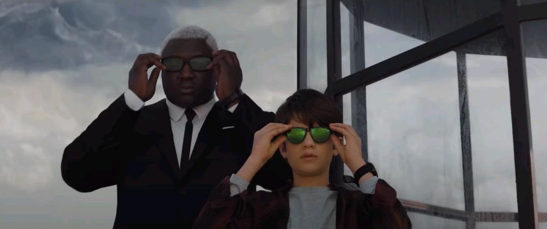 Кадр из фильма «Артемис Фаул». Мужчина и мальчик надевают очки