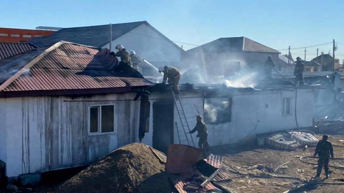 Пожар тушат пристройке к частному дому