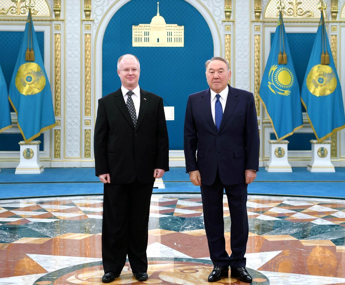 Назарбаев вручил верительные грамоты иностранным послам