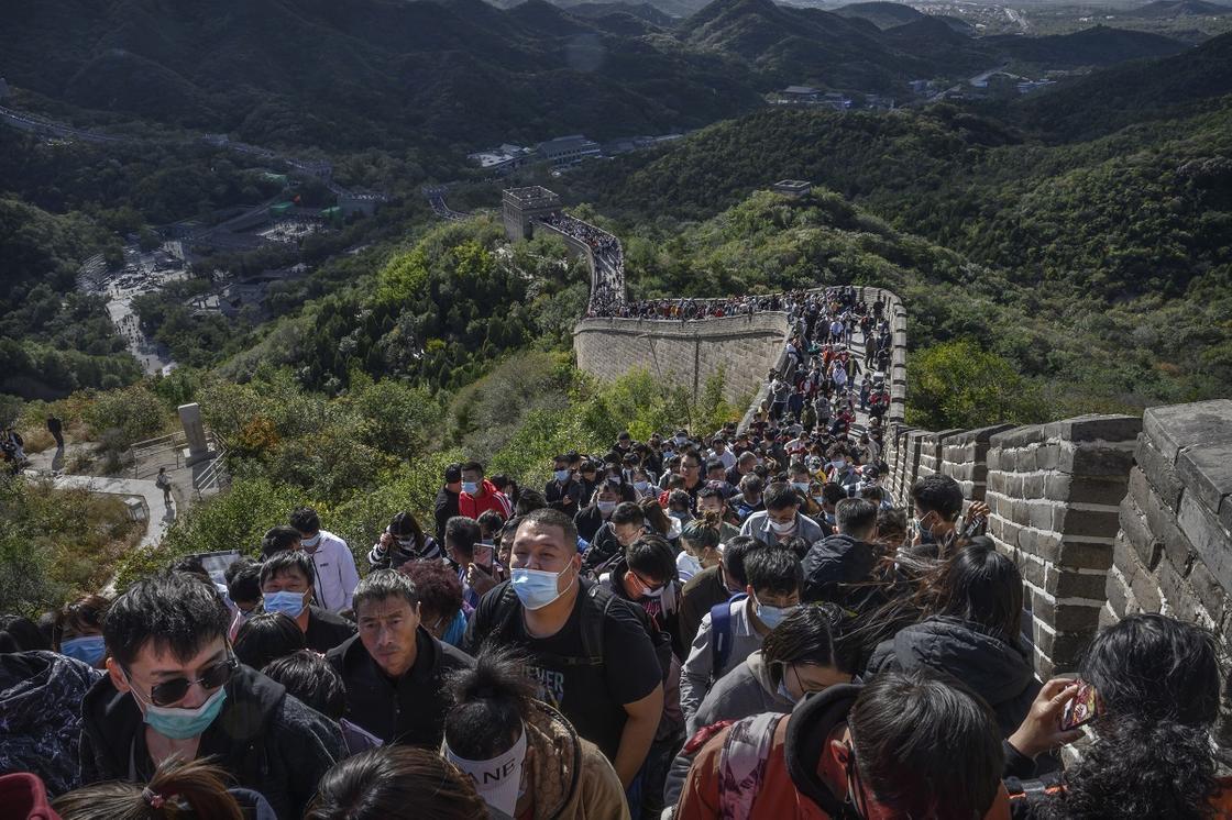 Тысячи туристов на Великой Китайской стене