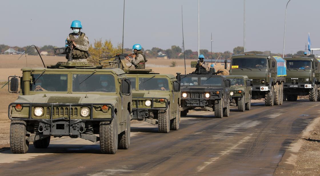 Колонна военной техники едет по дороге