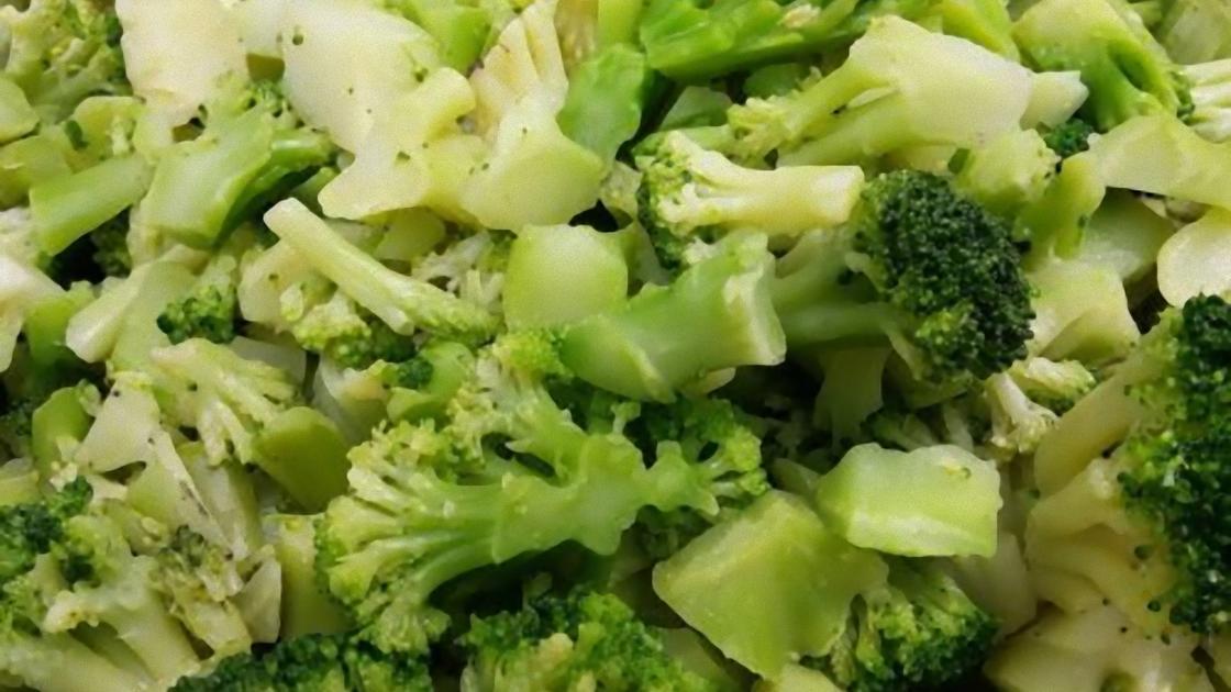 Кусочки вареной капусты брокколи