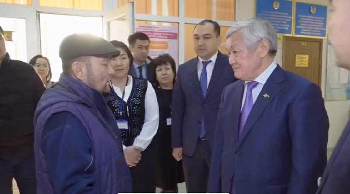 Видео с Сапарбаевым и многодетным отцом в Жанаозене объяснили в Минтруда