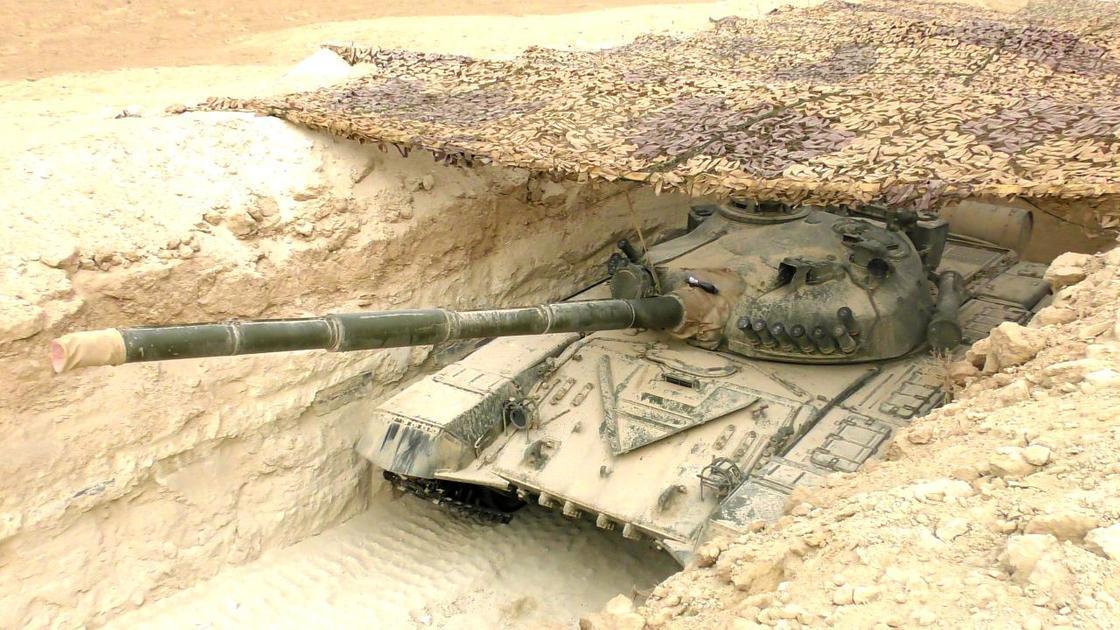танк стоит в окопе