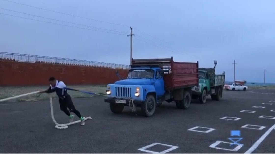 Зайсандық жігіт салмағы 8 жарым тонна болатын екі жүк көлігін қатар сүйреді (видео)