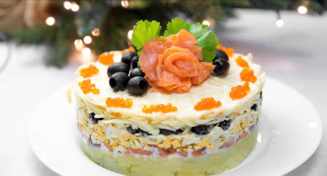 Новогодний салат с красной икрой и рыбой
