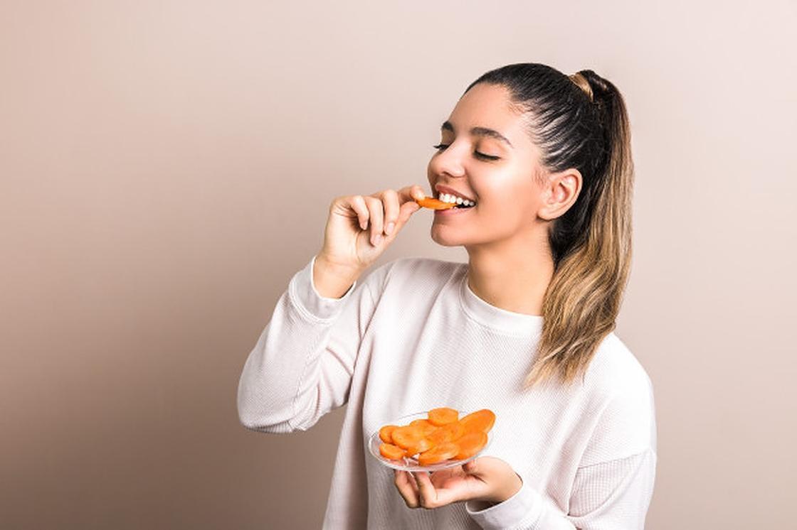 Девушка ест курагу