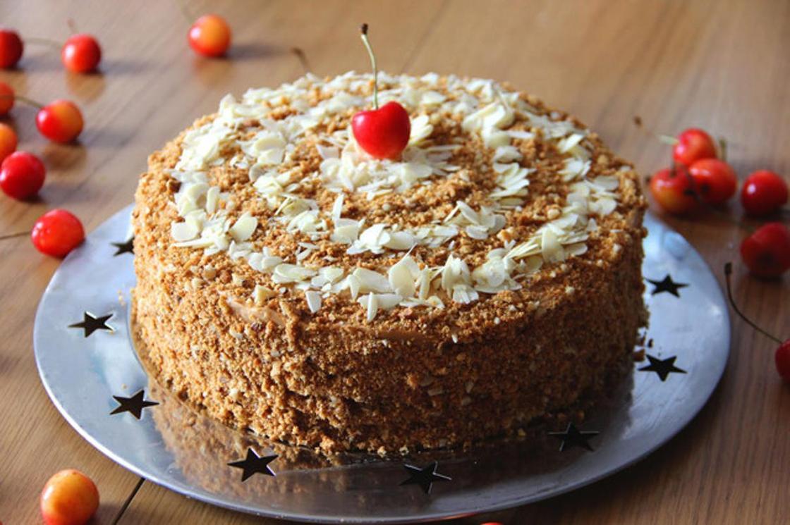 Бисквитный торт со сгущенкой и орехами