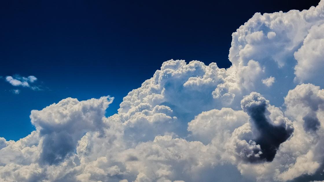 Загадочный летающий в небе шар сняли на видео в Японии