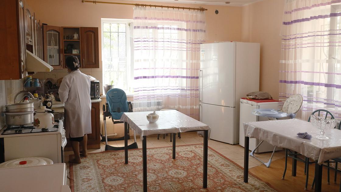 Женщина стоит в кухне