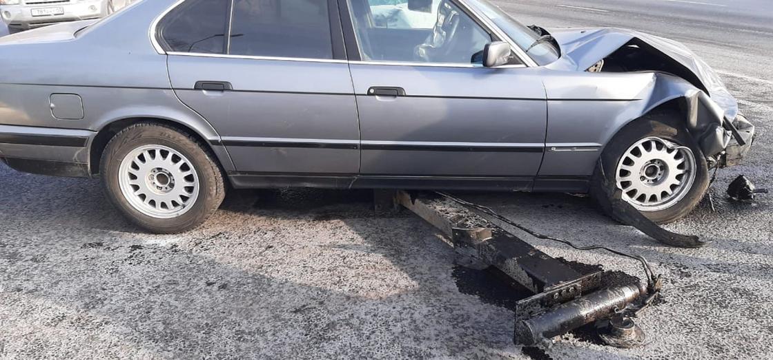 Поврежденная серая автомашина марки BMW