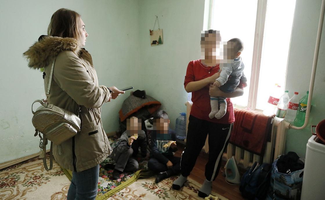 Ребенок мечтает иметь кровать: Алматинка живет с тремя детьми в 10-метровой времянке