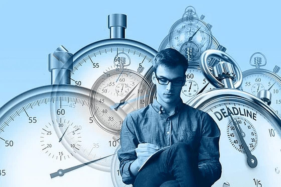 Человек на фоне часов