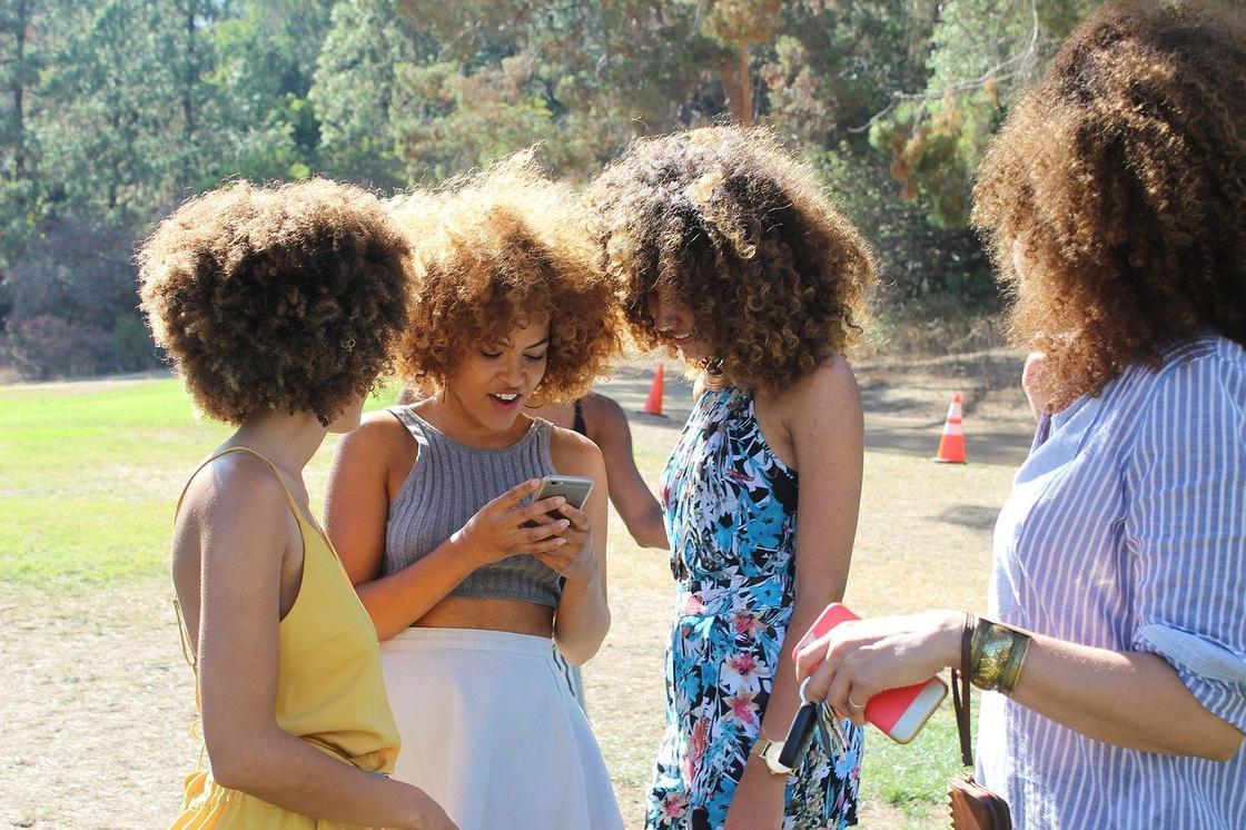 Группа девушек читает сообщение в телефоне