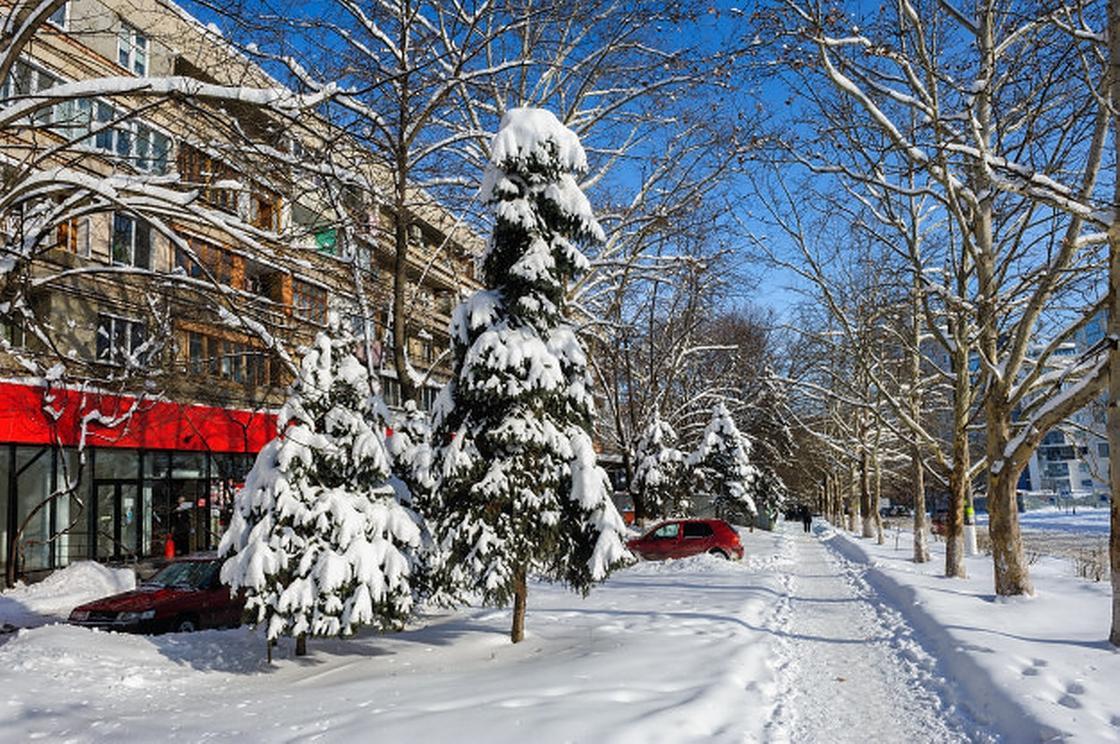 Зимняя улица в снегу