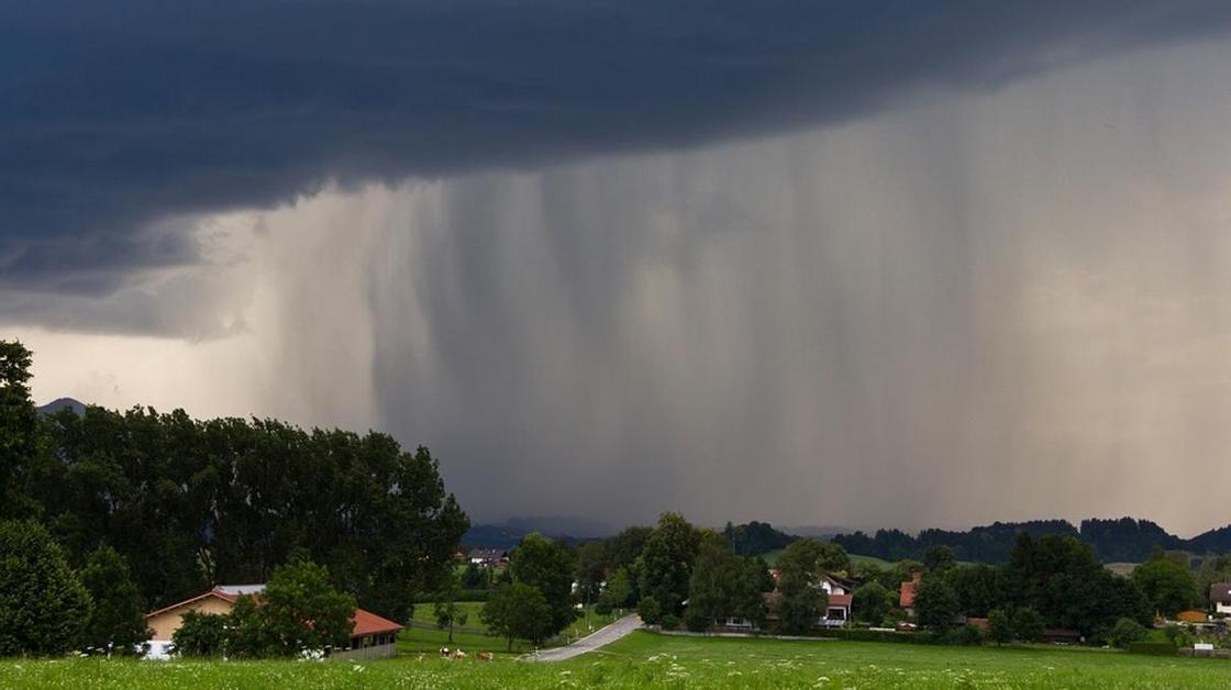 Грозы и сильный ветер: штормовое предупреждение объявлено в пяти областях Казахстана