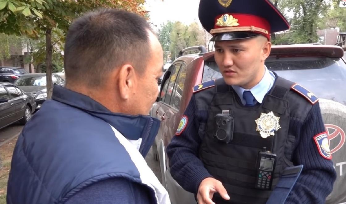 Полицейский беседует с нарушителем