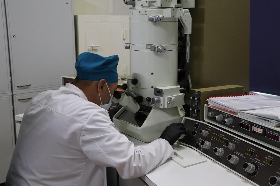 мужчина сидит в лаборатории
