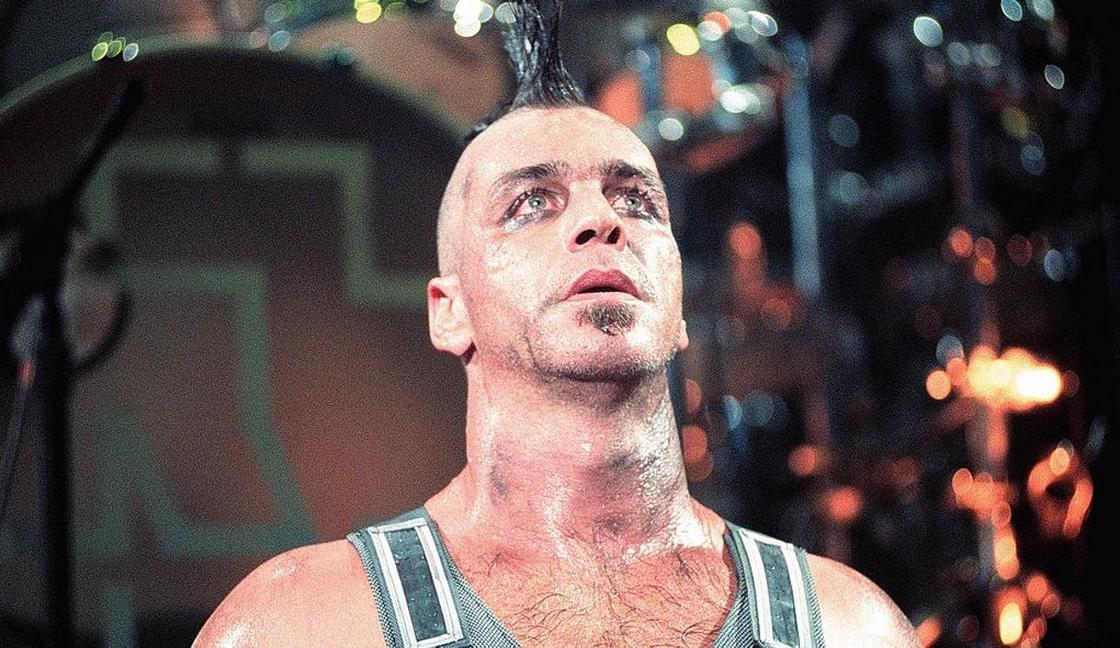 Вокалист Rammstein сломал челюсть фанату, который оскорбил его девушку