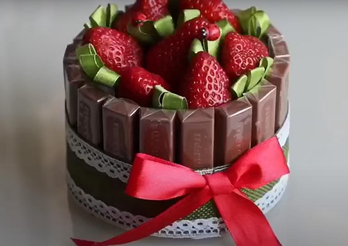 Торт из шоколада и ягод