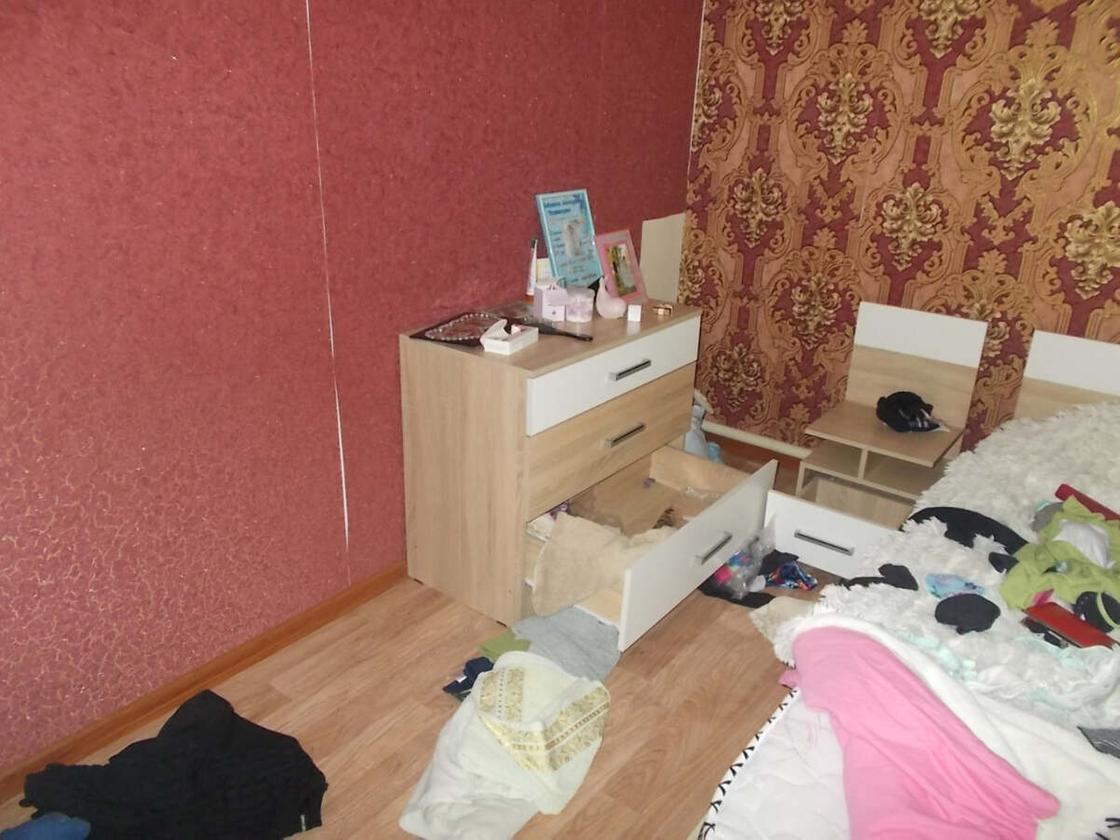 Открытый комод в комнате