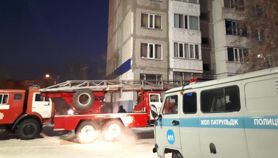 Пожарные вытащили из горящей квартиры двоих детей в Темиртау