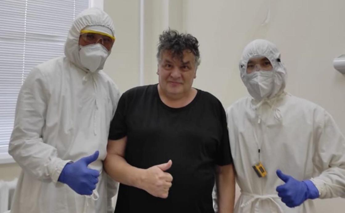 Александр Ильин в компании врачей