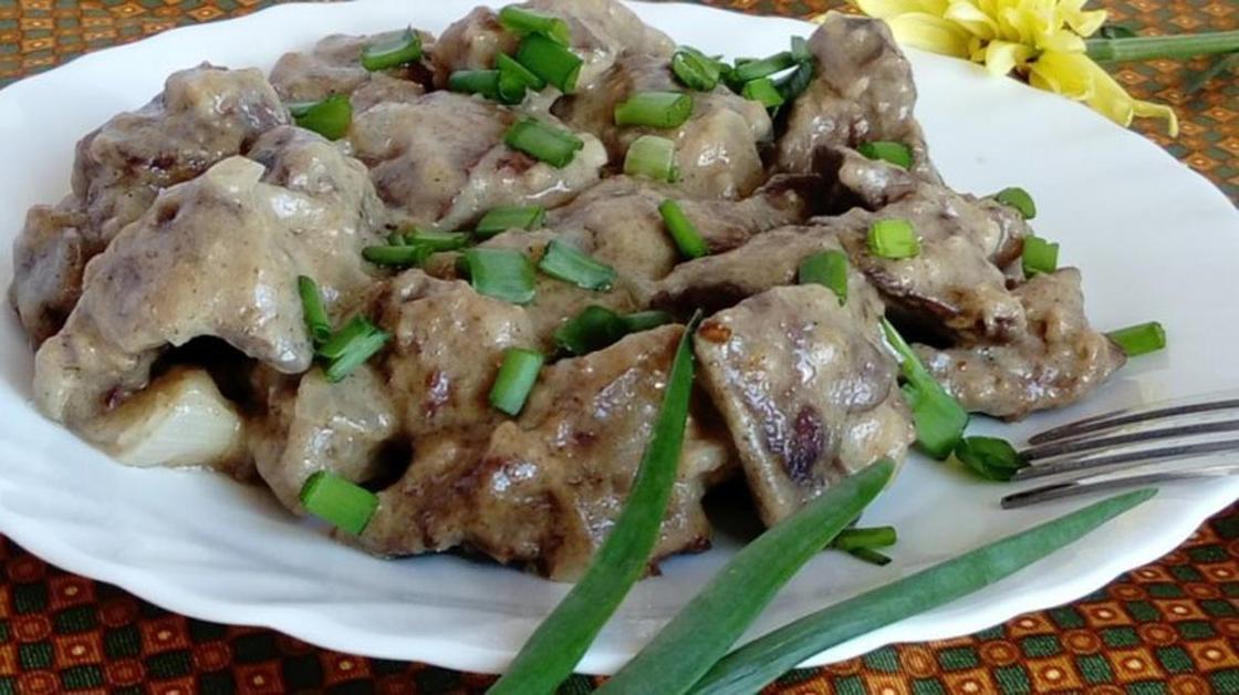 Как приготовить куриную печень с луком и сметаной