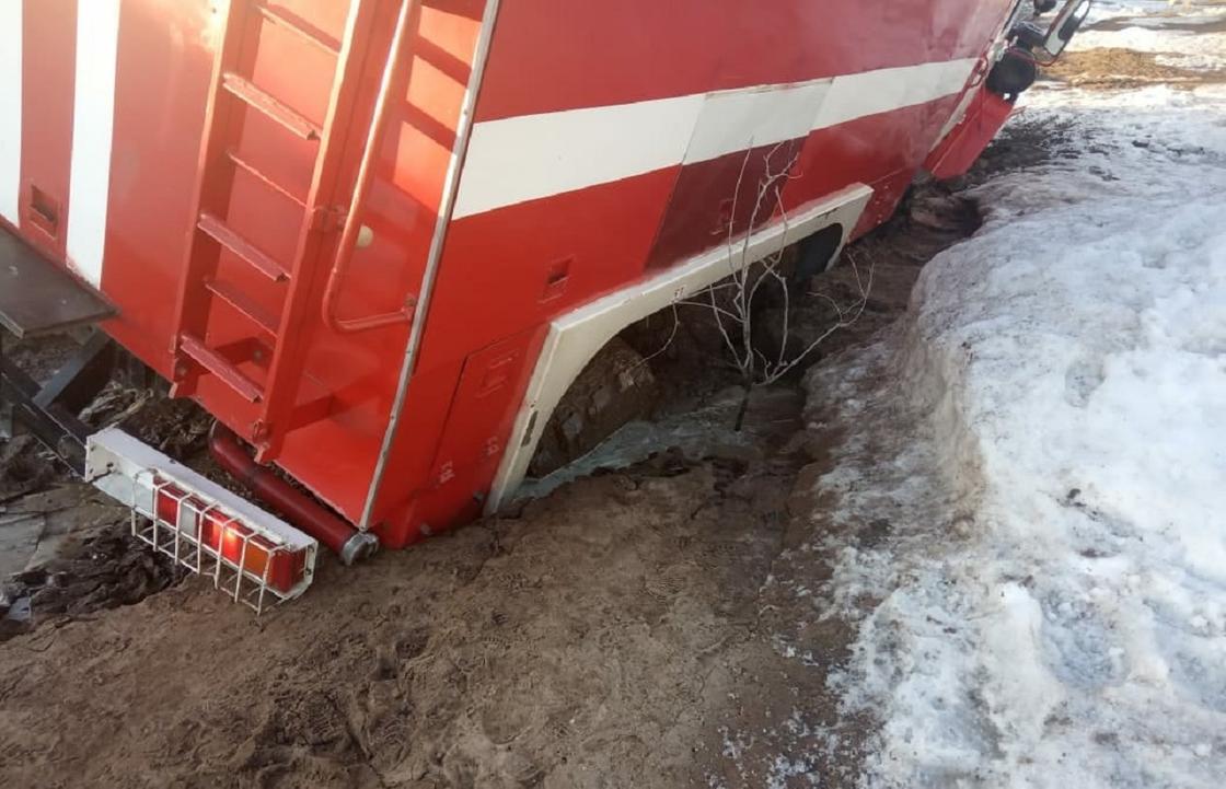 Пожарная машина провалилась в яму в ЗКО
