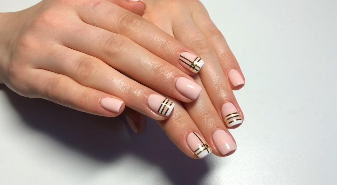 Маникюр с лентой для дизайна ногтей