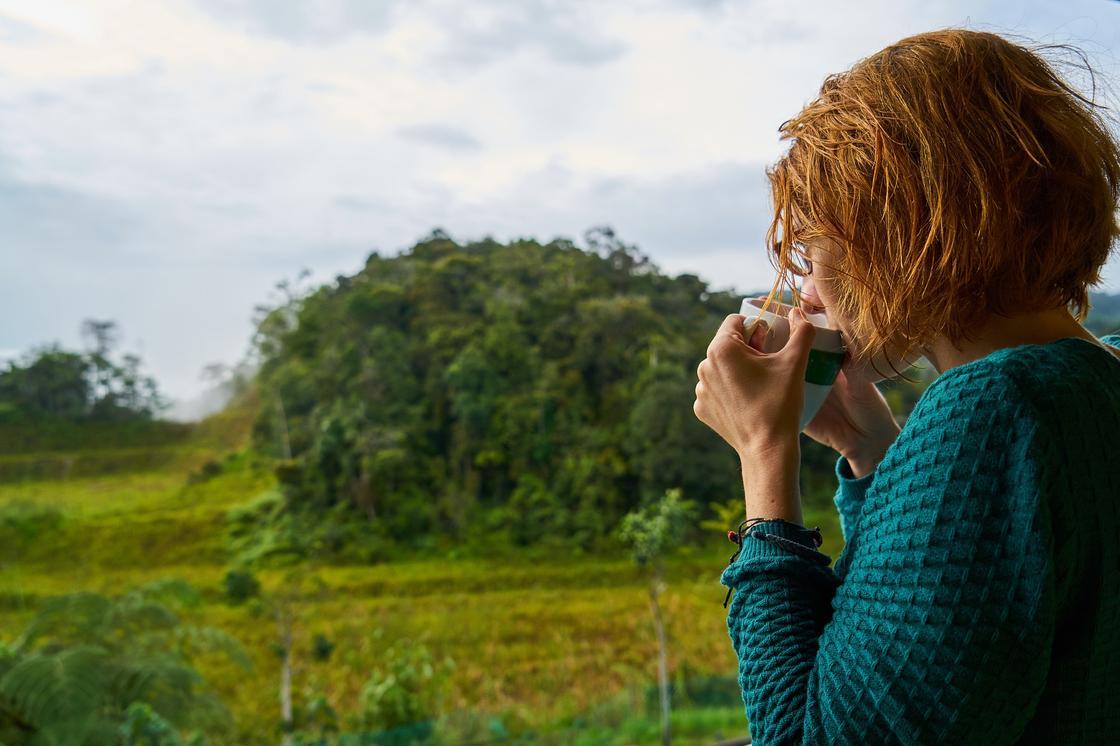 Девушка пьет чай на свежем воздухе