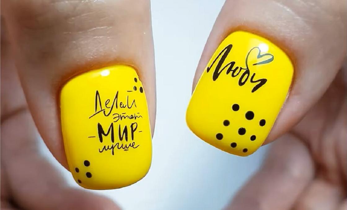 Желтый маникюр с надписями на квадратных ногтях