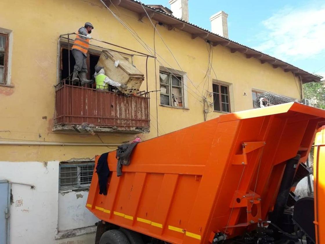 Женщина 20 лет копила мусор в квартире в Атырау: его вывозили три КамАЗа (фото)
