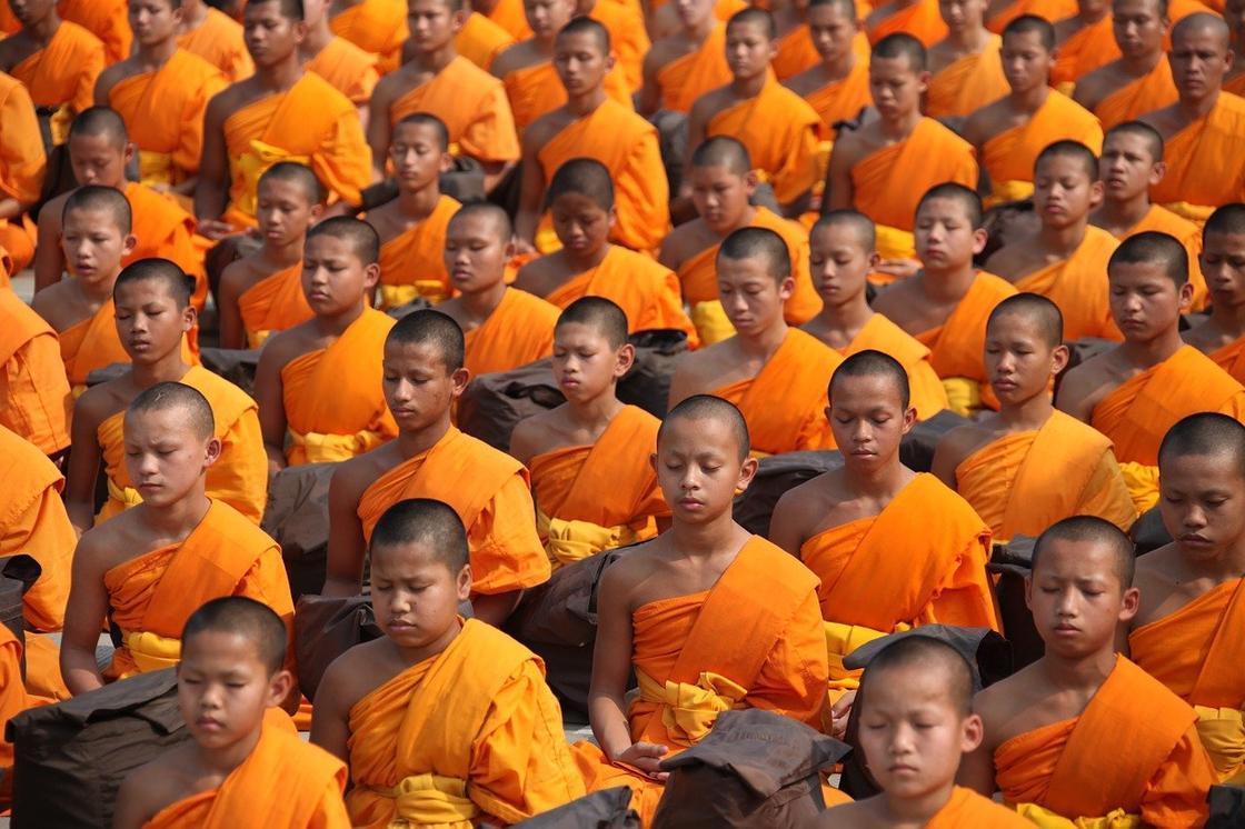 Ряды людей в оранжевых одеждах