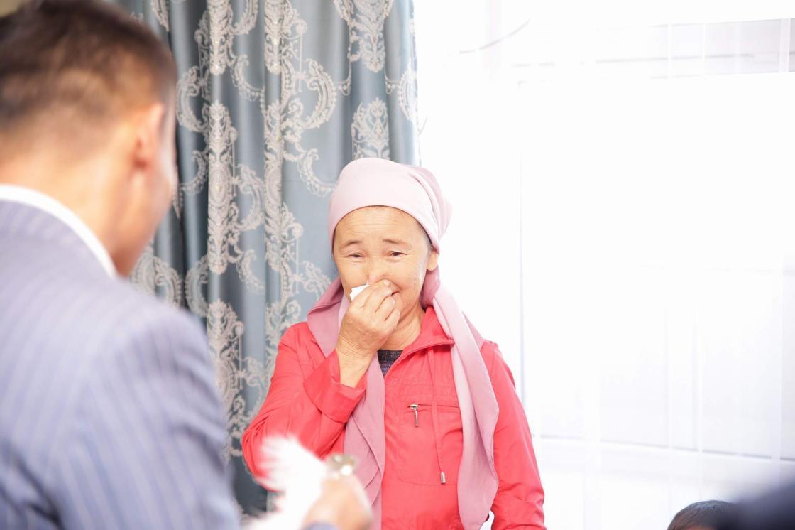 Канат Ислам подарил многодетной матери квартиру в Нур-Султане (фото)