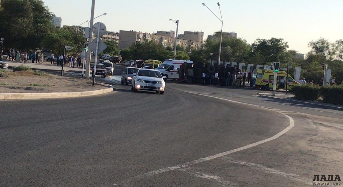 Пожарная машина перевернулась после аварии в Актау: пострадали 2 человека (фото, видео)