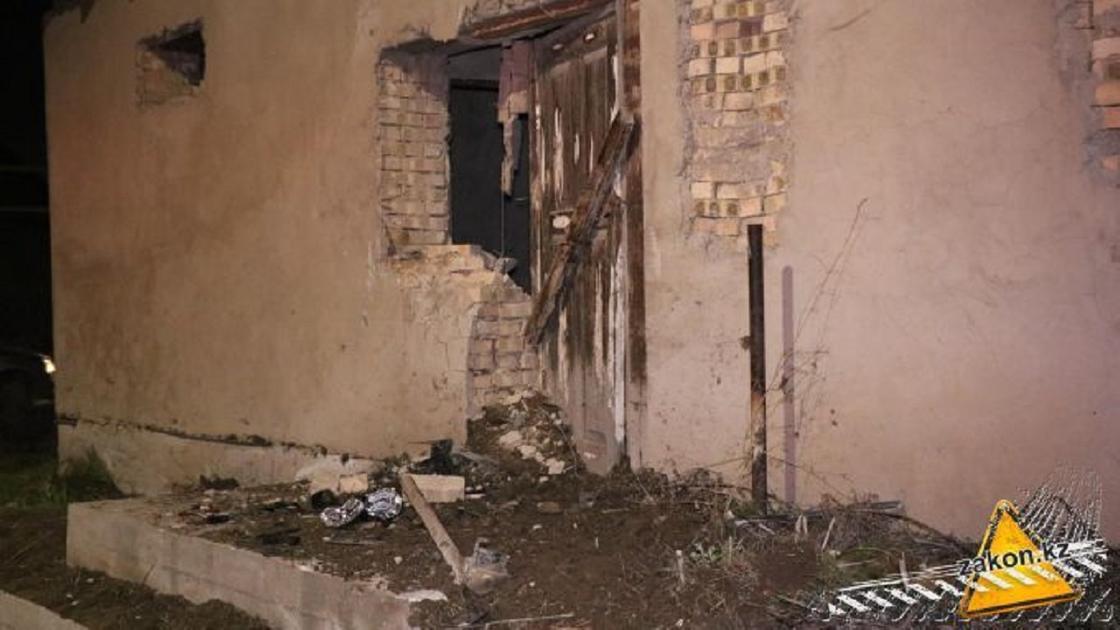 Автомобиль врезался в строящийся дом