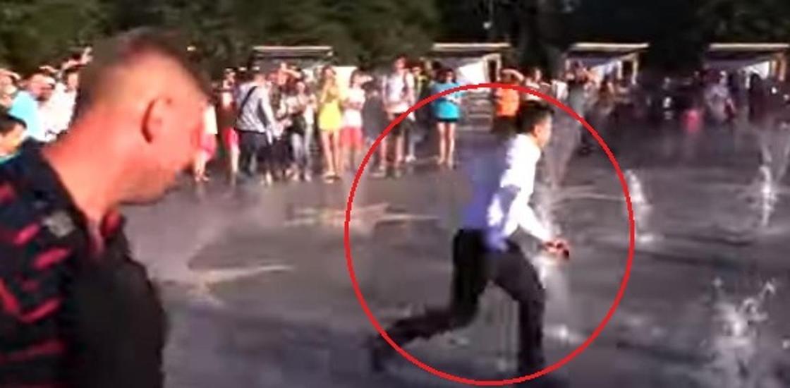 Зеленский сбежал через фонтан от обступившей его толпы (видео)