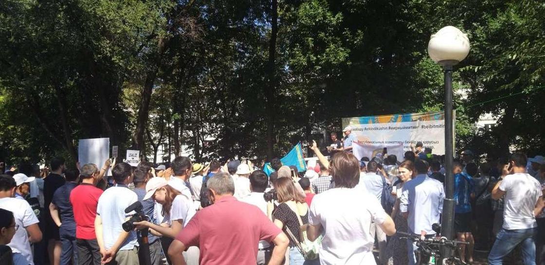 Мирный митинг начался в Алматы (фото)