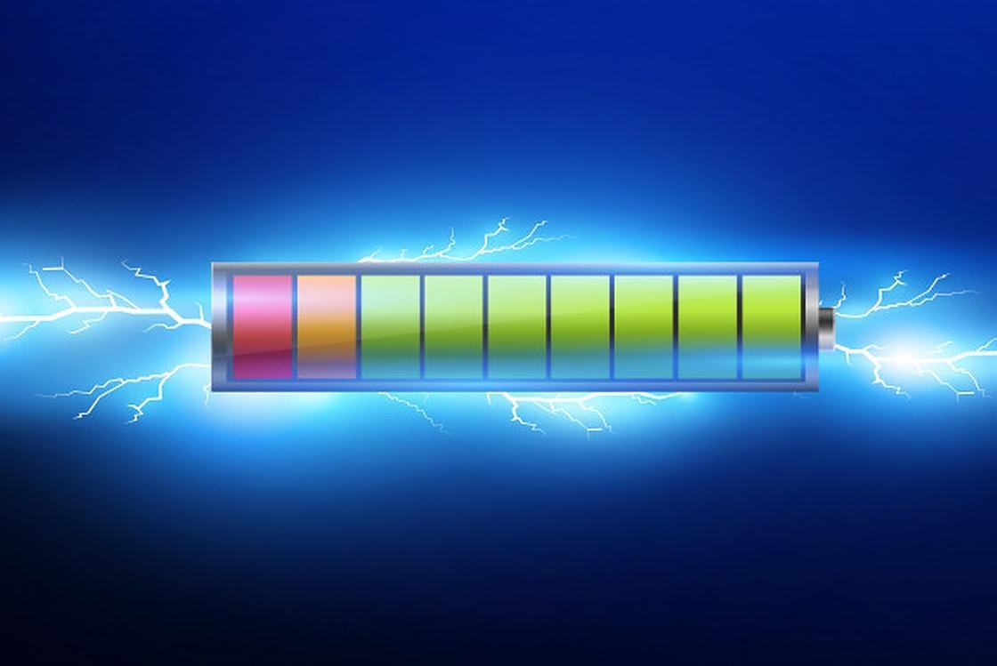 Батарейка на синем фоне