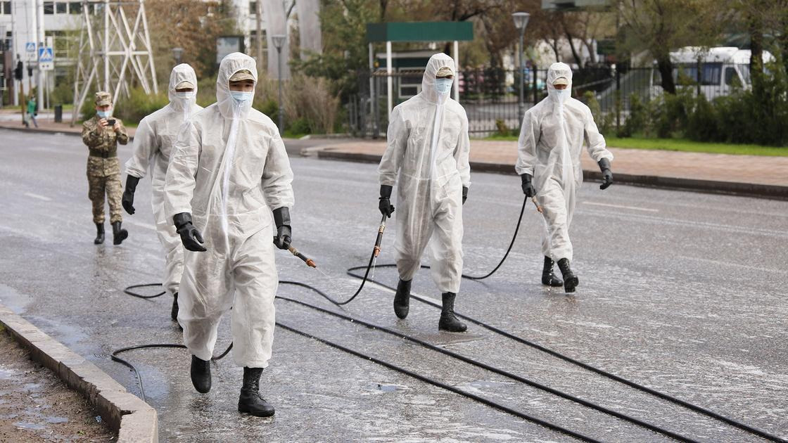 Как военнослужащие и журналисты дезинфицируют улицы Алматы