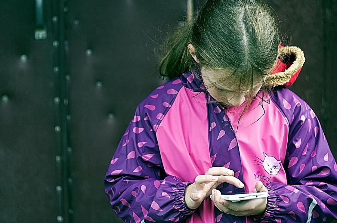 Девочка со смартфоном в руках