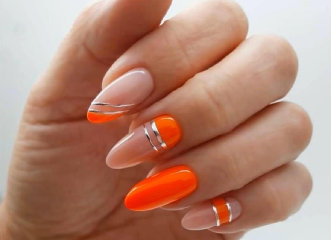 Маникюр миндалевидной формы с использованием оранжевого цвета