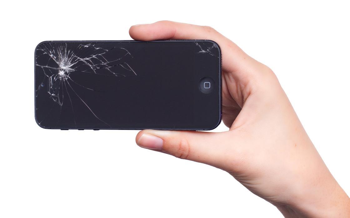 Разбитый телефон в руке