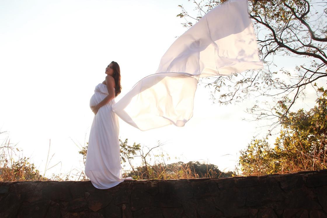 Беременная женщина в белой одежде