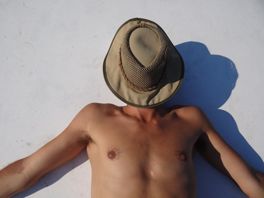Мужчина спит на солнце
