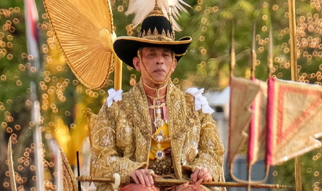 Король Таиланда устал от карантина с 20 наложницами и улетел на фестиваль