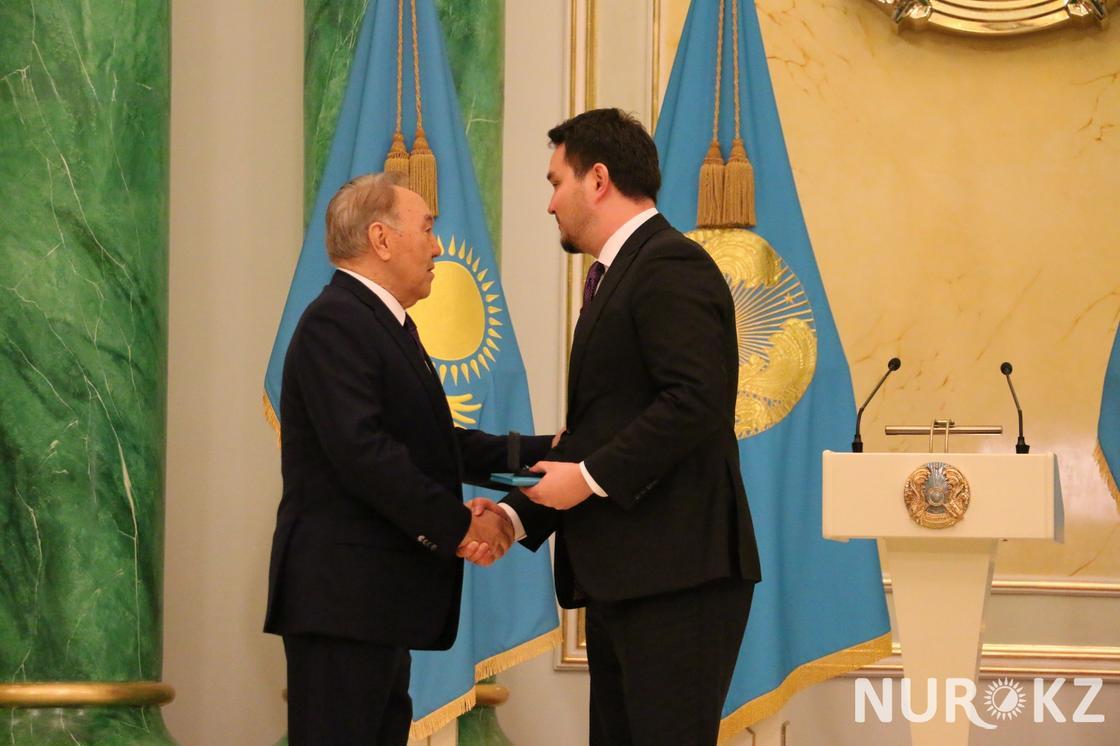 Сыгравший Абая Сундет Байгожин получил награду от Назарбаева