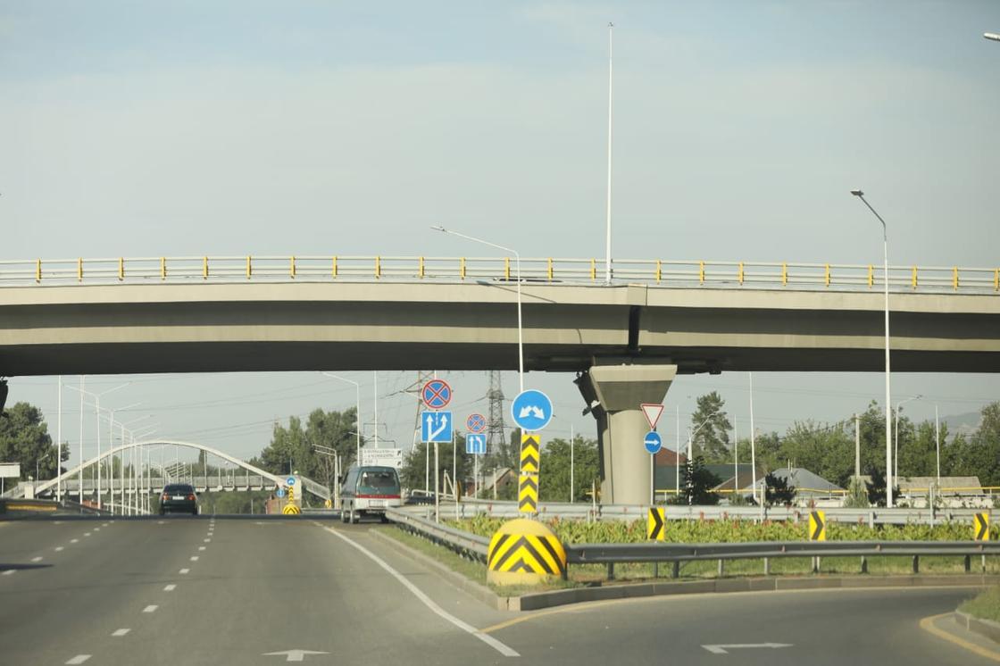 Алматинцев напугала широкая трещина на мосту развязки (фото)